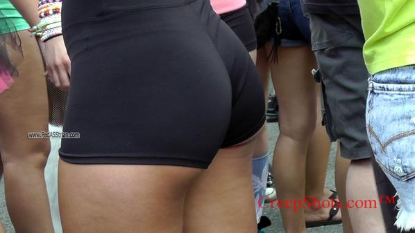 Candid creep hottie in spandex at retail store